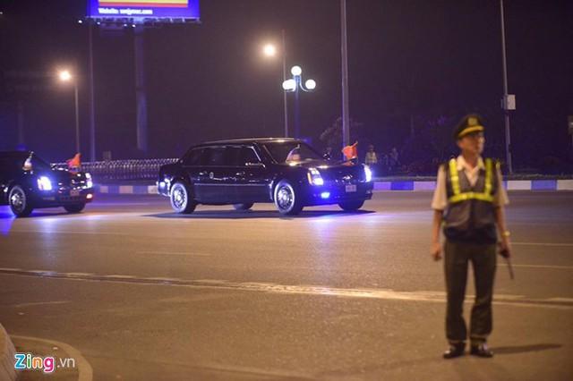 Đoàn xe với sự hộ tống của cảnh sát Việt Nam lao nhanh về trung tâm thành phố theo lộ trình cao tốc Nội Bài - cầu Thăng Long - đường Phạm Văn Đồng - vành đai 3 trên cao - khách sạn Marriott. Ảnh: Lê Hiếu.