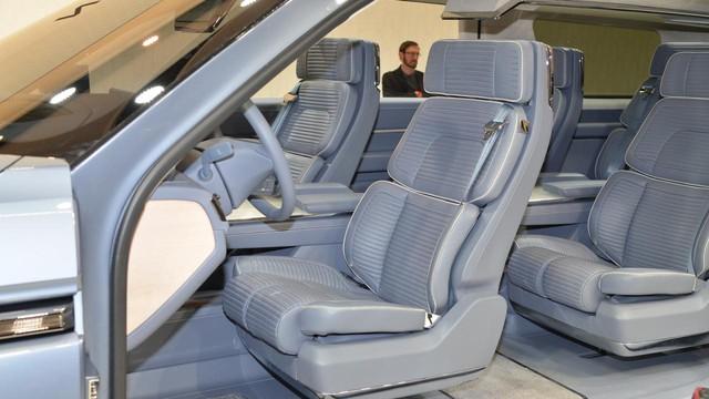 Không gian nội thất bên trong cũng có màu xanh tông xuyệt tông, tạo cảm giác đồng điệu cho xe.