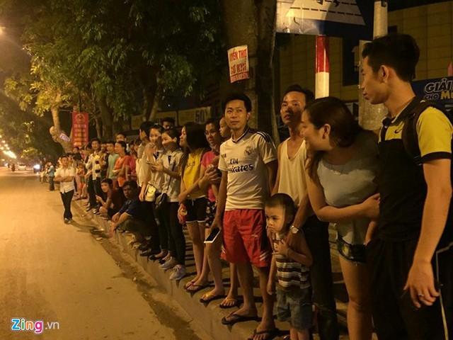 Hai bên đường Phạm Văn Đồng, người dân đổ ra từ sớm chào đón Tổng thống Obama.