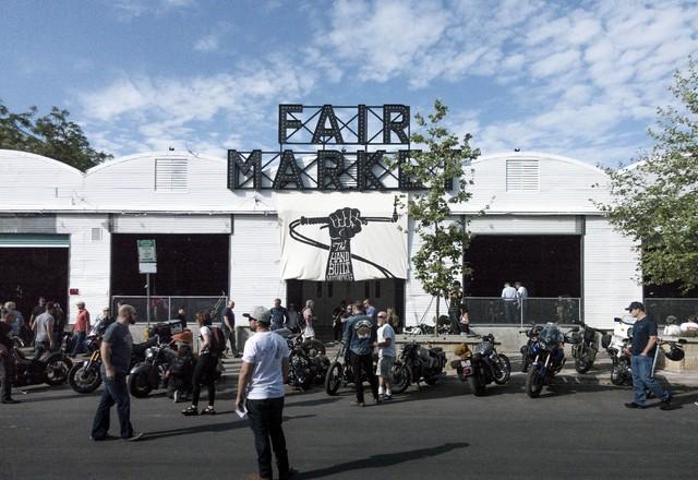 Trung tâm Fair Market tại trung tâm thành phố Austin là nơi diễn ra triển lãm mô tô chế tạo thủ công năm nay. Rất nhiều người đã tập trung bên ngoài Fair Market, tạo nên cảnh tượng náo nhiệt.