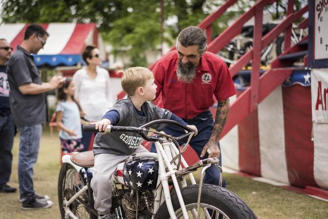Những đứa trẻ cũng được bố đưa đến triển lãm. Trong ảnh, ông Charlie Ransom đang dạy một cậu bé những điều cơ bản để lái mô tô.