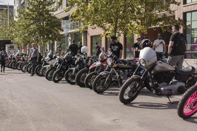 Bãi đỗ xe tràn ngập mô tô của những người tham dự triển lãm. Họ đỗ xe cạnh nhau để khoe, so sánh, học hỏi và làm quen với những người khác.