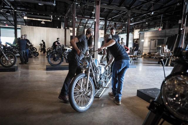 Các nhân viên của hãng Revival Cycles đã dành hàng tiếng đồng hồ để sắp xếp những chiếc mô tô trưng bày trong triển lãm. Trong triển lãm năm nay, có khá nhiều hãng độ mô tô đình đám tham gia như Max Hazan, Roland Sands, Shinya Kimura và Walt Siegl.
