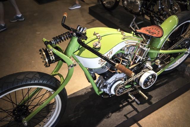 Chiếc xe độ theo phong cách đua này là tác phẩm của Jon MacDowell đến từ một xưởng độ nhỏ có tên Bonneville Customs ở thành phố Idaho Falls, bang Idaho, Mỹ.