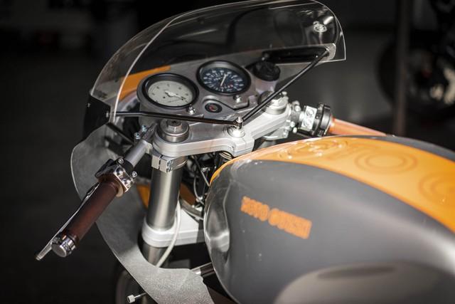 Đây là chiếc Moto Guzzi độ của Cliff Fisher, chủ hãng Stasis Motorcycles. Ngoài ra, anh Fisher còn độ cả những mẫu xe khác như Triumph Thruxtons và mô tô mang kiểu dáng Scrambler.