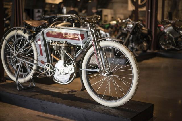 Một chiếc mô tô cổ mang nhãn hiệu Excelsior đến từ Anh. Trong quá khứ, Excelsior từng nổi tiếng với những sản phẩm như xe đạp, mô tô và cả ô tô. Excelsior bắt đầu sản xuất xe hai bánh chạy bằng động cơ từ năm 1896. Đến năm 1964, Excelsior chính thức đóng cửa và ngừng sản xuất.
