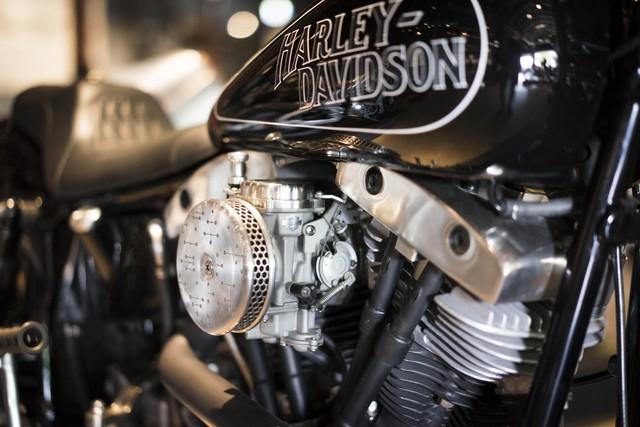 Chiếc Harley-Davidson Shovelhead độ của Kim Boyle đến từ hãng Boyle Custom Moto. Được biết, ông Boyle đã đóng cả xưởng để tham dự triển lãm. Trước đây, ông Boyle từng tạo ra một số chiếc xe độ đặc biệt như SR500, Harley-Davidson cổ và Norton Café Racer. Năm 2015, ông Boyle từng ra lò một chiếc BMW R100/7 đời 1978 màu trắng cho triển lãm mô tô chế tạo thủ công.