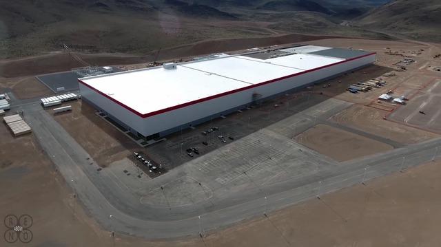 Theo tờ Reno Gazette-Journal, hãng Tesla đã tiêu 4,5 triệu USD cho giai đoạn đầu của quá trình xây dựng phần mái nhà máy Gigafactory.