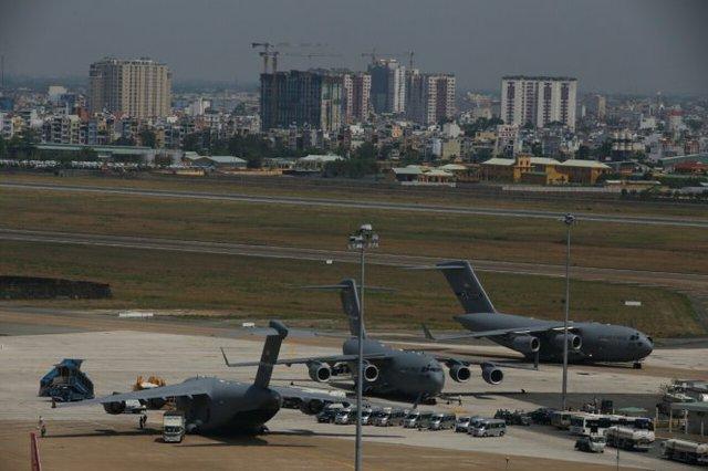 Ba chiếc C-17 chở những kiện hàng cuối cùng xuống sân bay Tân Sơn Nhất phục vụ chuyến thăm của Tổng thống Obama ở TP.HCM - Ảnh: Khoa Trần