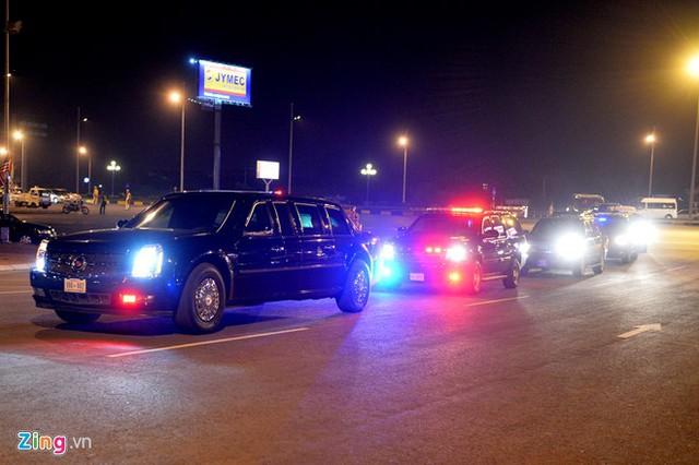 Hai chiếc Cadillac One được mang sang từ Mỹ trước đó, khởi hành từ khách sạn tới nơi đón ông chủ Nhà Trắng. Ảnh: Hoàng Hà.