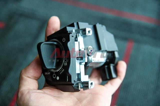 Ổ khóa: Ổ khóa từ có lẽ là một trong 2 chi tiết nặng nhất. Do được sản xuất riêng cho Honda, nên bộ ổ khóa này không thấy xuất hiện tên hãng sản xuất.