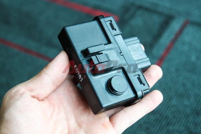 IC điều khiển ổ khóa: Bộ phận này dường như là nơi thu phát tín hiệu kết nối với Keyfob. IC này sẽ nhận tín hiệu từ Keyfob và chuyển hóa tín hiệu đóng mở tới các bộ phận khác.