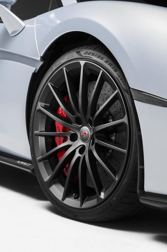 Thuộc dòng Grand Touring nên McLaren 570GT không sử dụng phanh gốm-carbon như 570S. Thay vào đó là hệ thống phanh thép được chế tác đặc biệt cho những cung đường dài. Đĩa phanh thép này được chế tạo sao cho mang lại cảm giác êm ái và mềm mại mỗi khi phanh. Đây là điều mà chủ những chiếc Grand Touring sẽ trải qua rất nhiều trên những cung đường dài.