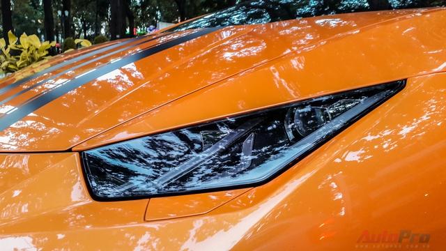 Nước sơn ngoại thất da cam nổi bật cùng đường gân dọc nắp capo khiến đầu xe cuốn hút hơn.