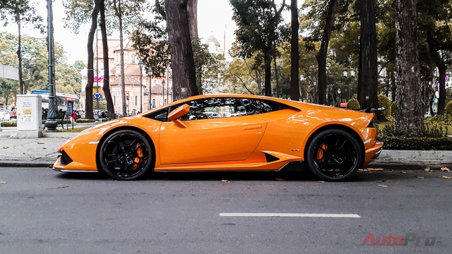 Ngoài ra, Lamborghini Huracan LP610-4 còn sở hữu thêm ống xả độ hiệu Capristo trị giá 5.900 USD.