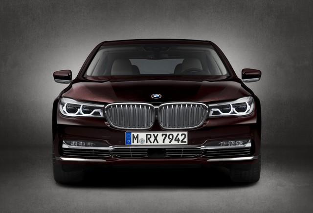 Mặc dù chiếc BMW M760i được ra mắt hướng tới những khách hàng ưa chuộng cảm giác mạnh mẽ, thể thao nhưng có lẽ BMW cũng hiểu rằng nhiều ông chủ của những chiếc 7 Series vẫn mong muốn có một chiếc xe với vẻ ngoài lịch lãm, hơn là phong cách hiếu chiến, có phần kém sang trọng.