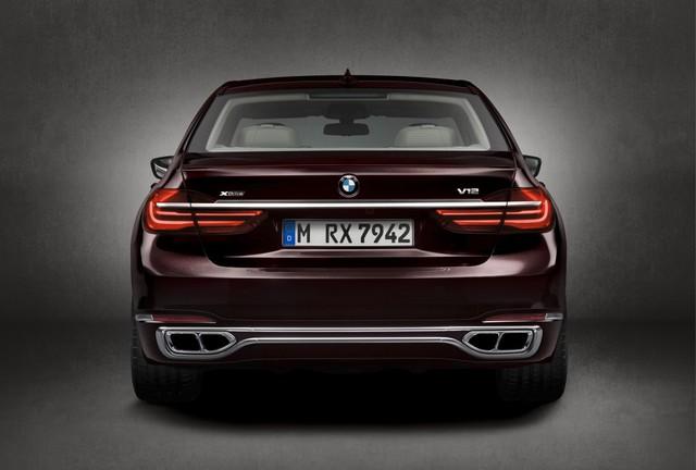 Đương nhiên, M760i Excellence vẫn giữ logo ở trên nắp cốp chỉ ra rằng đây là một mẫu xe hiệu suất cao sử dụng động cơ V12.