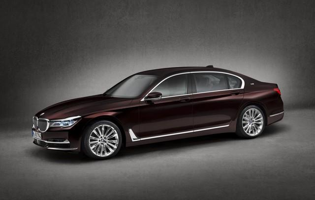 Điểm nổi bật có thể nhận thấy trên chiếc BMW M760i Excellence là hàng loạt chi tiết được trang trí bằng ốp chrome như cản trước, cản sau, viền cửa xe, nẹp cửa sổ.