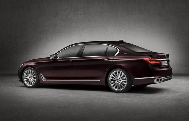 Hình dáng tổng thể của BMW M760i xDrive V12 Excellence không khác biệt với chiếc M760i thông thường.