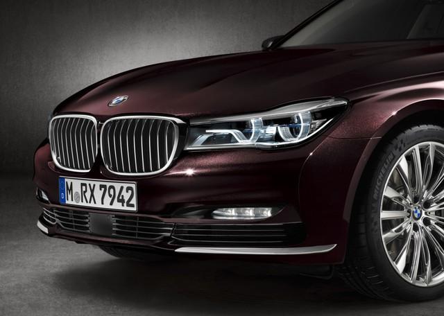 Do đó mà không lâu sau khi công bố phiên bản M Performance của chiếc 7 Series, BMW cũng ngay lập lức ra mắt chiếc BMW M760i xDrive V12 Excellence, mẫu M760i mang nhiều đường nét lịch sự, trưởng thành hơn là chiếc M760i gốc.
