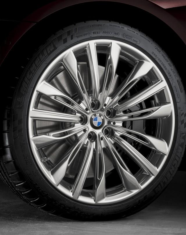 Động cơ trên mẫu BMW M760i Excellence không thay đổi so với chiếc M760i thông thường. Khối động cơ V12 6.6 sản sinh ra 600 mã lực và 800 Nm mô-men xoắn cực đại, kết hợp với phiên bản hộp số tự động 8 cấp được tinh chỉnh riêng cho dòng M Performance, giúp chiếc sedan cỡ lớn tăng tốc lên 100 km/h chỉ trong 3,9 giây và có vận tốc tối đa (giới hạn điện tử) ở mức 250 km/h.