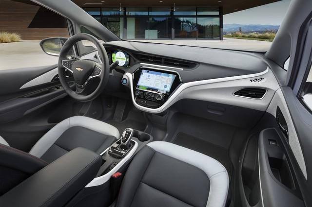 Màn hình 10.2 inch cỡ lớn là trang bị tiêu chuẩn của chiếc xe điện này.