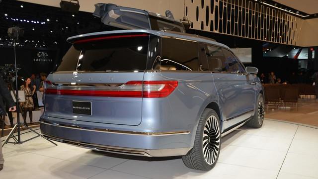 Là một mẫu xe concept nên Lincoln Navigator đương nhiên đi kèm rất nhiều công nghệ hiện đại. Có thể kể đến camera 30 độ, công nghệ hỗ trợ đỗ xe thế hệ mới nhất, cảnh báo va chạm sớm, phát hiện người đi bộ và duy trì làn đường.