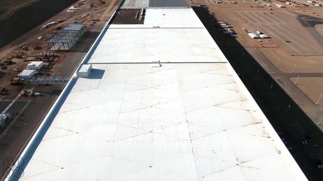 Phần mái của nhà máy Gigafactory phần lớn đã được xây dựng xong. Trong giai đoạn tiếp theo, mái nhà sẽ được ốp thêm các tấm pin năng lượng mặt trời. Màu trắng của mái nhà không chỉ giúp Gigafactory trông ấn tượng hơn mà còn tối ưu hóa hiệu suất của các tấm pin năng lượng mặt trời.