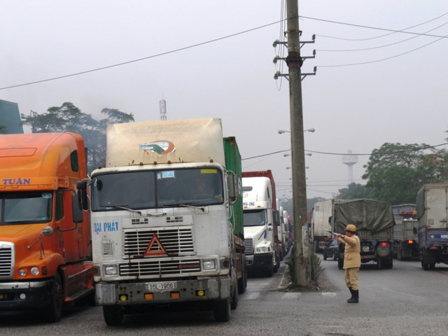 Lực lượng CSGT liên tục điều tiết phương tiện tại ngã ba Nguyễn Bỉnh Khiêm