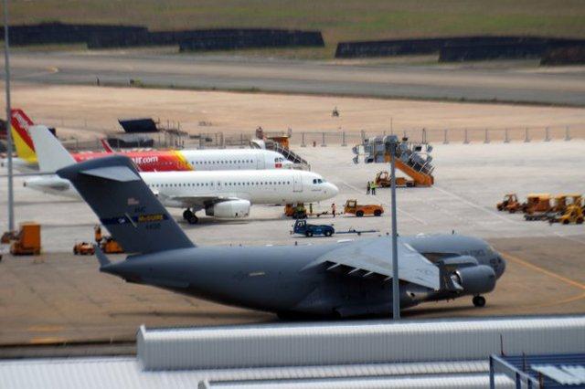 Kích thước của chiếc C17 to gấp đôi những máy bay thông thường - Ảnh: Hữu Khoa