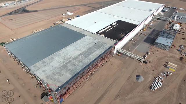 Nhiều khu vực rộng lớn của nhà máy vẫn đang được xây dở. Có vẻ như Tesla còn chuẩn bị mở rộng thêm cho nhà máy trong tương lai.