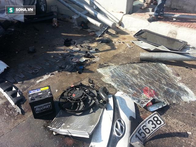 Mảnh vỡ xe văng tung toé.