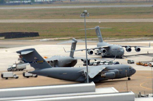 Ba chiếc máy bay vận tải C17 đã có mặt tại sân bay Tân Sơn Nhất mang các trang thiết bị phục vụ cho chuyến công du tại Việt Nam của tổng Obama - Ảnh: Hữu Khoa