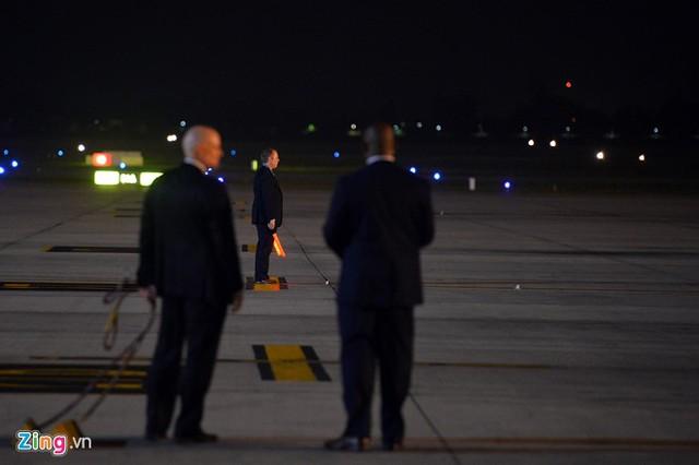 Bên trong sân đỗ, thành viên đoàn của Tổng thống Mỹ khi nghe tin máy bay sắp hạ cánh (lúc 21h30) đã ra tận nơi tiếp đón, chỉ dẫn cho phi công vị trí đỗ.