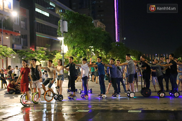 Đây là các thành viên của cộng đồng chơi xe điện cân bằng, đã tập hợp tại phố đi bộ để lập kỷ lục về số người rồng rắn biểu diễn bằng xe điện cân bằng nhiều nhất Việt Nam.