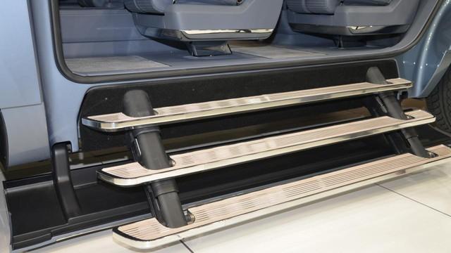 Người sử dụng có thể ra vào xe dễ dàng nhờ bậc cửa lên xuống co/duỗi tùy ý.