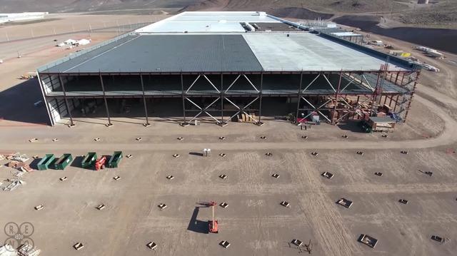 Một góc nhìn khác của nhà máy Gigafactory đang trong quá trình xây dựng.
