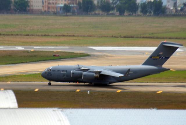 Chiếc máy bay vận tải C17 trên đường băng Tân Sơn Nhất - Ảnh: Hữu Khoa