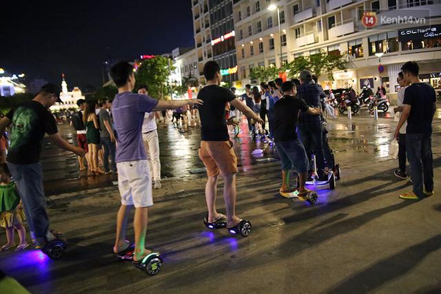 Trong lúc các thành viên biểu diễn những vòng chạy lả lướt trên phố đi bộ, nhiều người chơi xe điện ở đây cũng hào hứng nối đuôi theo. Sau khi được nhiều người hào hứng tham gia theo nhóm, số lượng người của đoàn tàu lên đến 27 người.