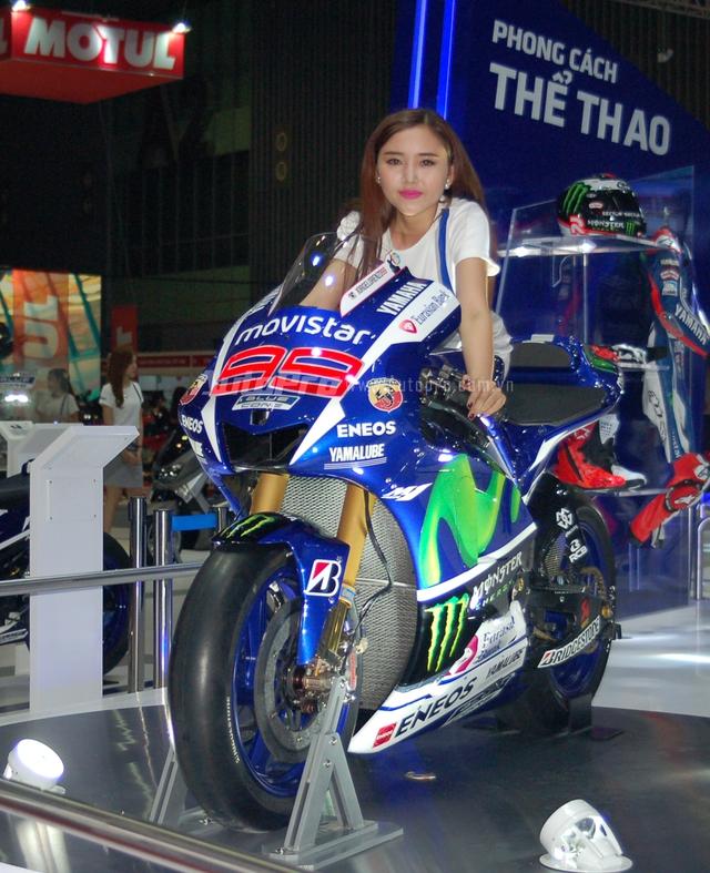 Siêu mô tô YZR – M1 của Yamaha nổi bật trong bộ áo xanh dương cùng nhiều họa thiết nổi bật của bộ tem trong màu xanh lá và trắng thu hút nhiều sự chú ý của khách tham quan.