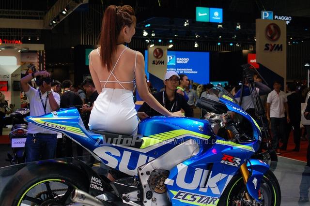 Siêu mô tô được đưa về nước có dàn áo nổi bật trong màu xanh dương. Các bộ tem màu vàng chanh hay trắng tạo nên điểm nhấn ấn tượng cho siêu phẩm trên đường đua MotoGP.