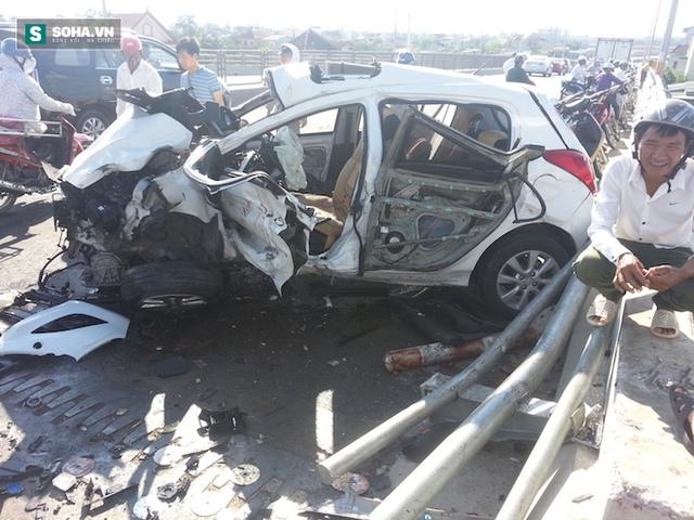 Phần trái xe bị dập nát khiến tài xế xe bị kẹt.