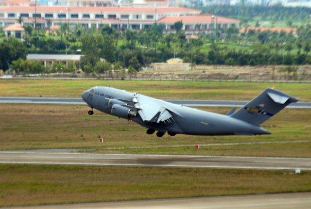 Sau khi vận chuyển các trang thiết bị xuống sân bay Tân Sơn Nhất, máy bay vận tải C17 di chuyển về căn cứ - Ảnh: Hữu Khoa