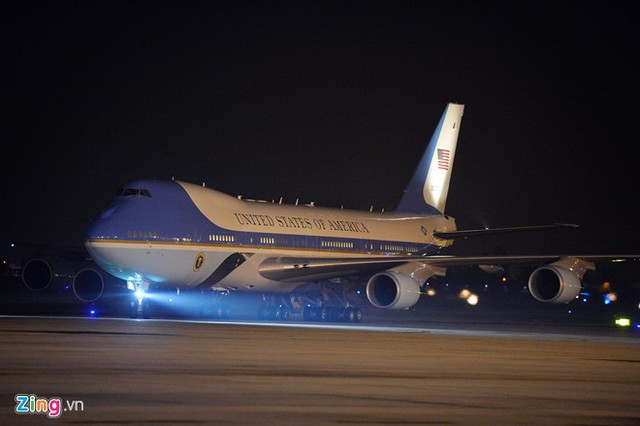 21h35, chiếc Air Force One chở ông Obama từ từ lăn vào sân đỗ, thẳng phía cửa sau sảnh VIP A.