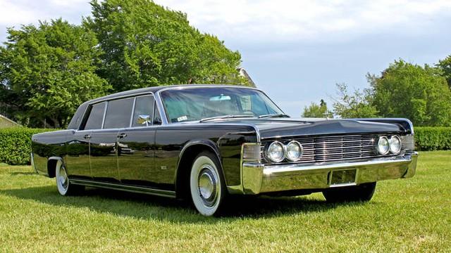 Chiếc Lincoln Continental này đa phục vụ tại Nhà trắng trong suốt thời kỳ nắm quyền của Lyndon Johnson