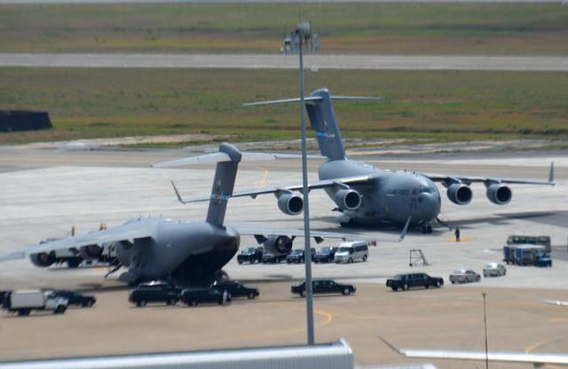 Đoàn xe hộ tống tổng thống Obama bắt đầu di chuyển khỏi sân bay Tân Sơn Nhất - Ảnh: Hữu Khoa