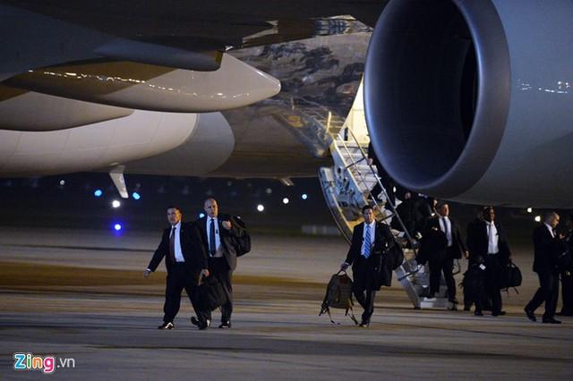 Đội hậu cần, tùy tùng và nhiều thành viên khác trong đoàn xuống máy bay ở cửa giữa. Ảnh: Hoàng Hà.