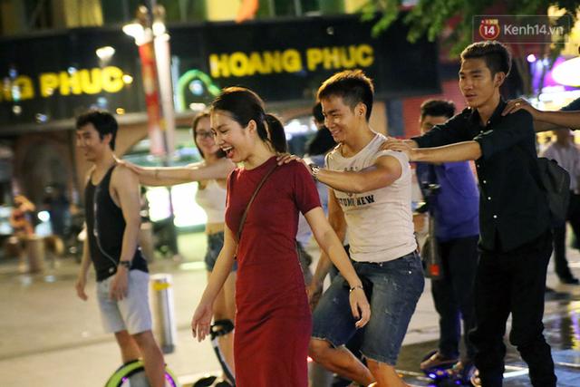 Chị Hằng Ngô, người dẫn đầu đoàn tàu xe điện đã cùng người yêu mình là anh Ben Ngô xây dựng cộng đồng Ninebot Vietnam từ lúc cả hai có niềm say mê với xe điện cân bằng vào tháng 8/2015.