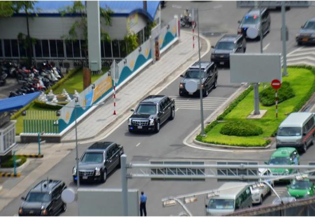 Đoàn xe bắt đầu di chuyển ra đường phố Sài Gòn vào chiều 22-5 - Ảnh: Hữu Khoa