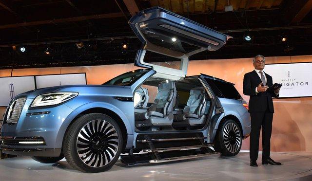 Điểm nhấn của Lincoln Navigator Concept hoàn toàn mới chính là bộ cửa hình cánh chim, tương tự Tesla Model X và Mercedes-Benz SLS AMG. Đây đồng thời cũng là hình ảnh xem trước cho Lincoln Navigator thế hệ mới dự kiến sẽ ra mắt vào năm 2017.